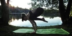 Асаны йоги на природе
